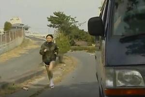 หนังโป๊มีเนื้อเรื่อง แอบดักข่มขืนนักวิ่งสาว คนเดินมาเห็นจับเย็ดต่อ