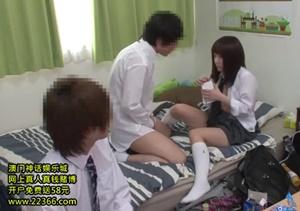 เย็ดแฟนสาวให้เพื่อนนั่งดู ขอมาใช้ห้องเย็ดกันเลยต้องให้เพื่อนดูด้วย