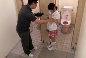 หลอกเย็ดหีเด็กสาว ลุงแอบเย็ดเด็กสาวในห้องน้ำ