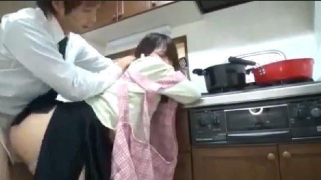 เมียไม่อยู่เย็ดน้องสะใภ้ในห้องครัว