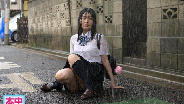 สาวน้อยตัวเปียกชุดนักเรียนเซ็กส์ซี่เห็นเสื้อใน