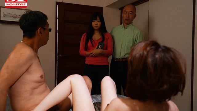 พ่อแม่เปิดประตู เห็นตอนกำลังเย็ดกับปู่ ไม่เซ็นเซอร์